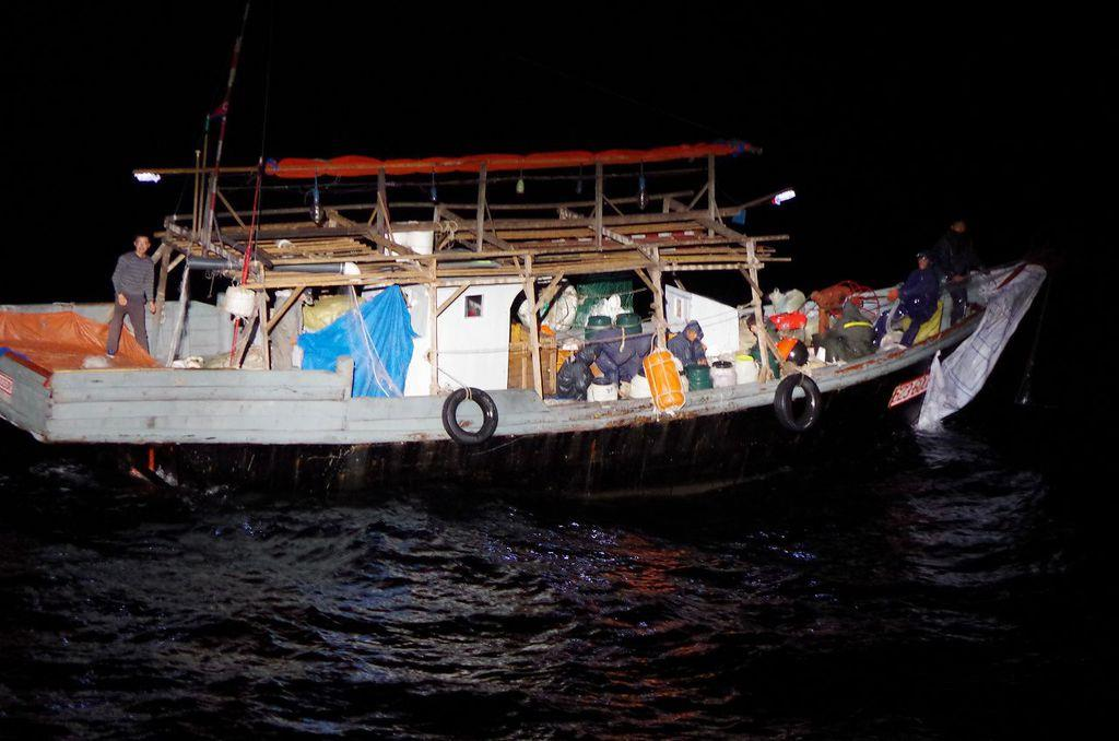 大和堆周辺で海上保安庁の巡視船が確認した北朝鮮漁船=5月下旬(海上保安庁提供)