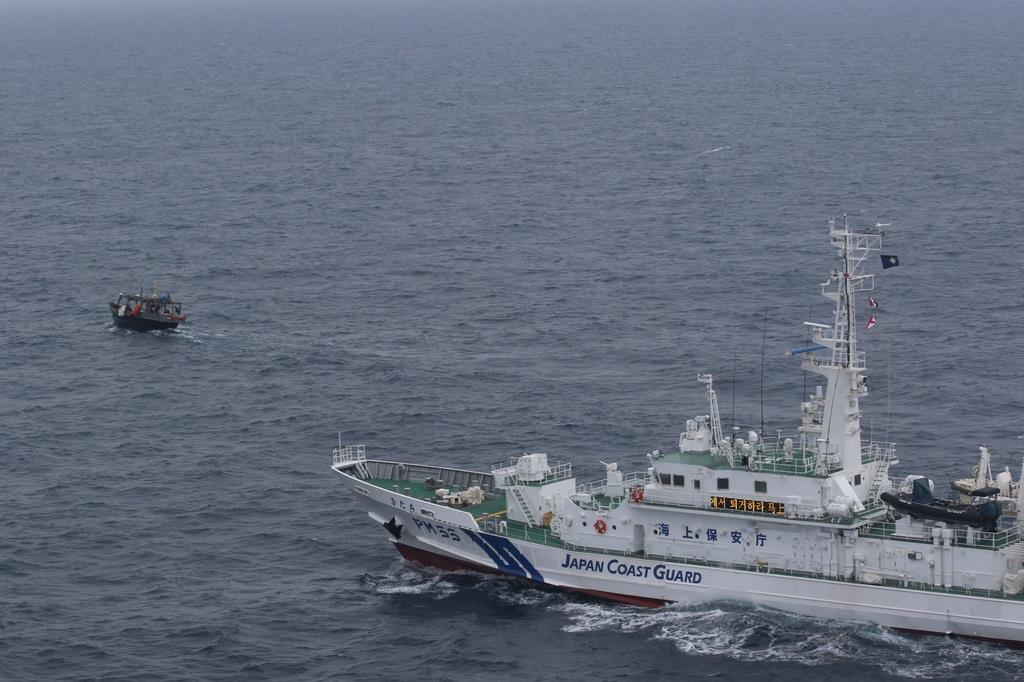 大和堆周辺で北朝鮮漁船に退去警告を行う海上保安庁の巡視船=5月下旬(海上保安庁提供)