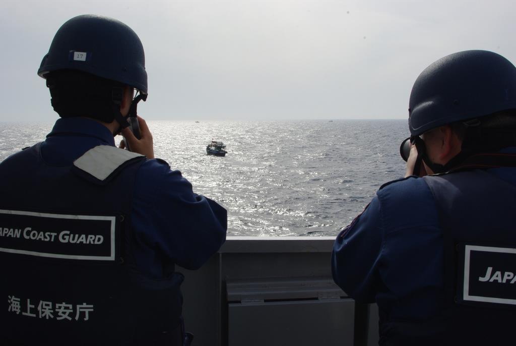 大和堆周辺で北朝鮮漁船に退去警告を行う海上保安官=5月下旬(海上保安庁提供)