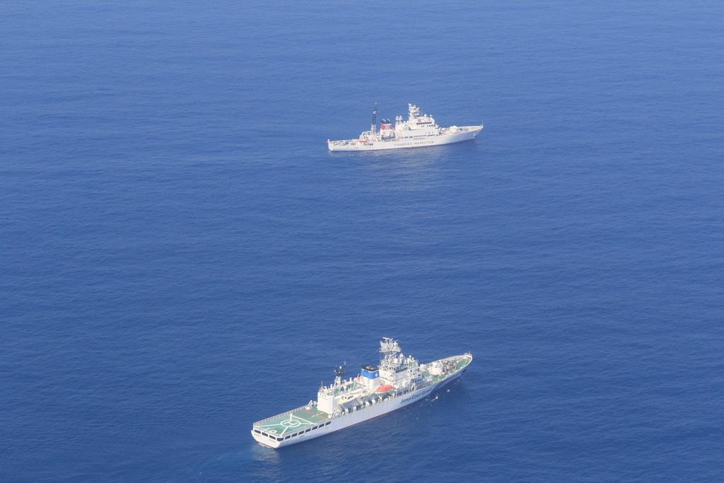 大和堆周辺で警戒にあたる海上保安庁の巡視船と水産庁の漁業取締船=5月下旬(海上保安庁提供)