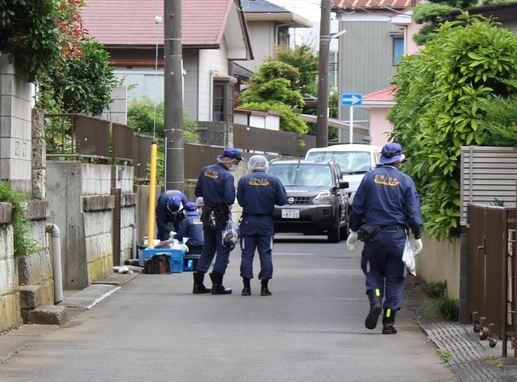 女性の遺体が見つかった民家の近くで鑑識作業をする県警の捜査員ら=14日午後1時40分ごろ、千葉県八千代市(橘川玲奈撮影)