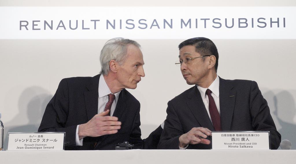 会見に臨むルノーのスナール会長(左)と、日産自動車の西川広人社長=3月12日(AP)