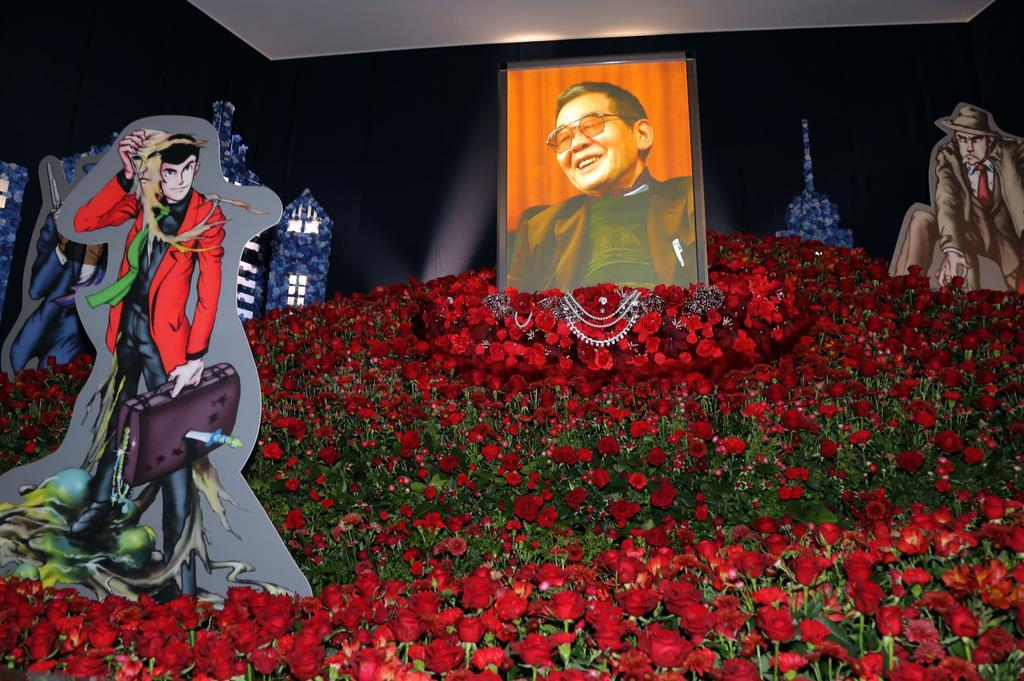 祭壇はルパンのジャケットカラーに合わせ、バラなど3千本の赤い花で飾られた=東京都港区(塩浦孝明撮影)