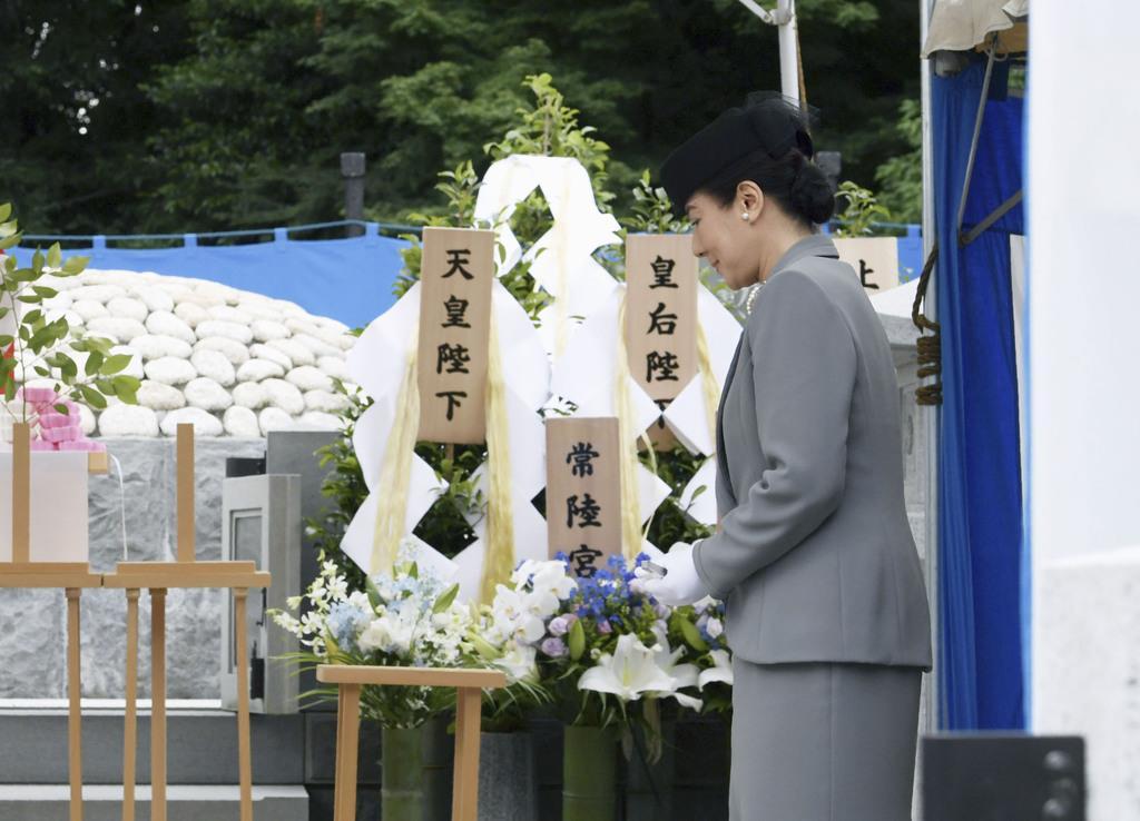 桂宮さまの墓所で参拝に臨まれる皇后さま=8日午後、東京都文京区の豊島岡墓地(代表撮影)