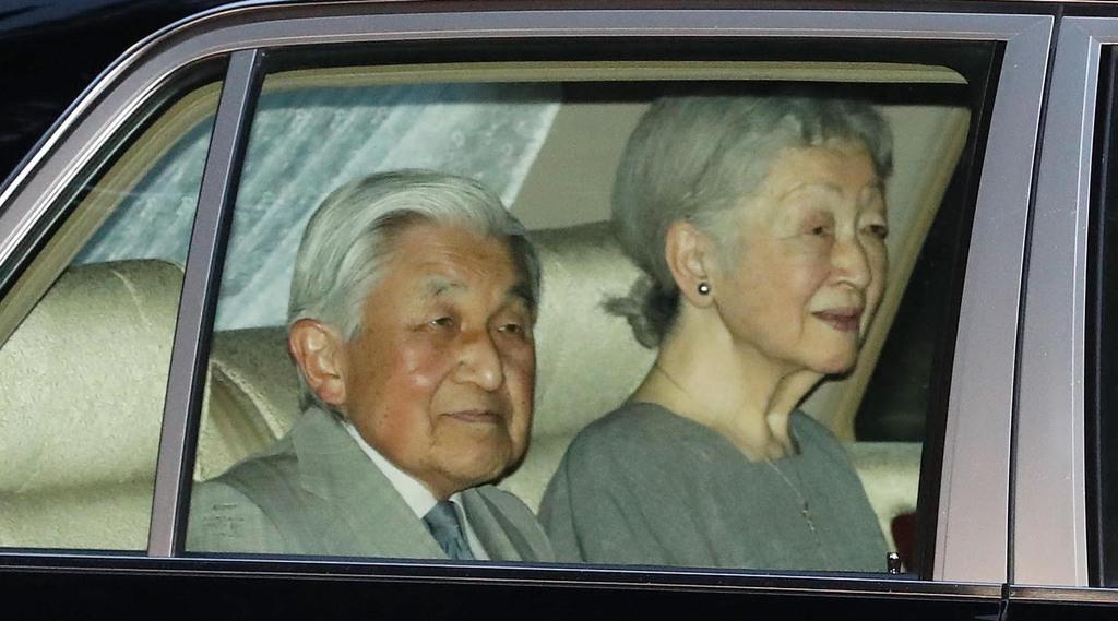 両陛下のご結婚26周年を祝う夕食会のため、赤坂御用地に入られる上皇ご夫妻=9日午後、東京都港区(萩原悠久人撮影)