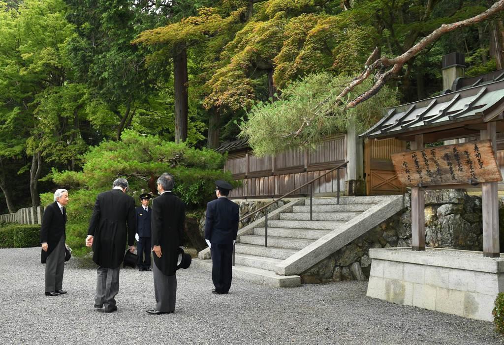 退位を報告するため、孝明天皇陵への参拝に臨まれる上皇さま=12日午前、京都市東山区(代表撮影)