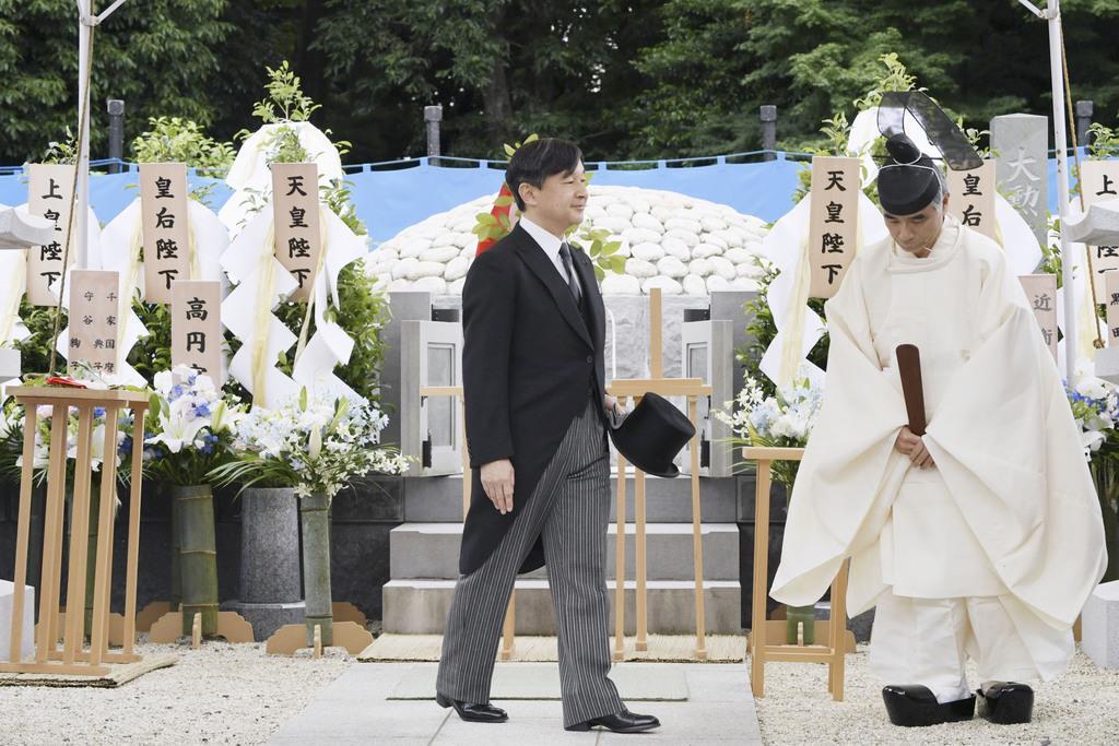 桂宮さまの墓所を参拝された天皇陛下=8日午後、東京都文京区の豊島岡墓地(代表撮影)