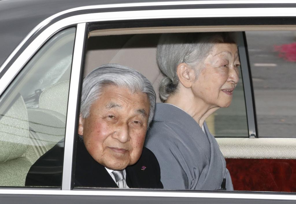 桂宮さまの薨去から5年にあたり、豊島岡墓地に向かわれる上皇ご夫妻=9日午前、東京都文京区