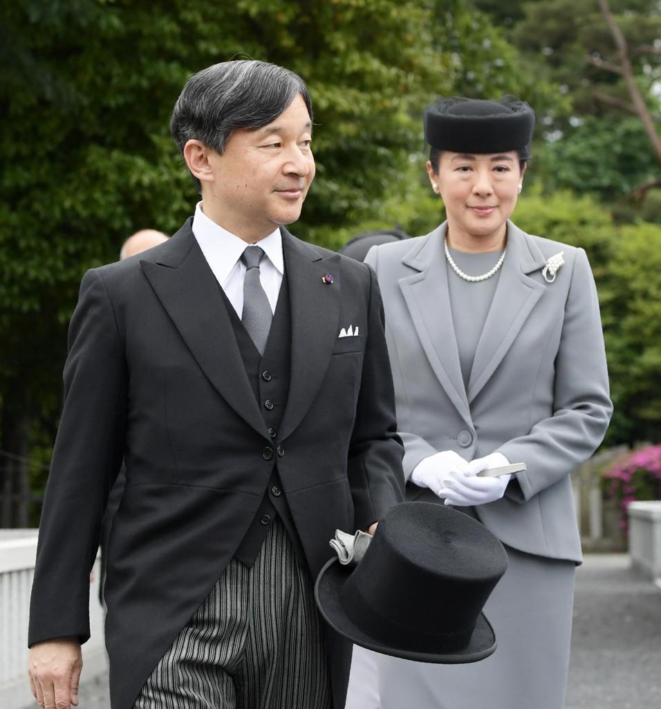 桂宮さまの薨去から5年にあたり、墓所に向かわれる天皇、皇后両陛下=8日午後、東京都文京区の豊島岡墓地(代表撮影)