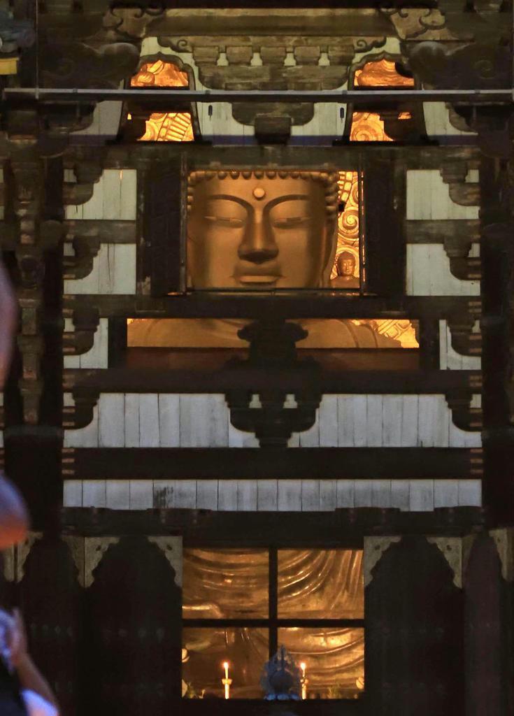 東大寺大仏。造立の当初は東北地方で採れた砂金によって黄金色に輝いていた。大伴家持は産金を祝い、遠く越中国(富山県)から歌をささげた(恵守乾撮影)