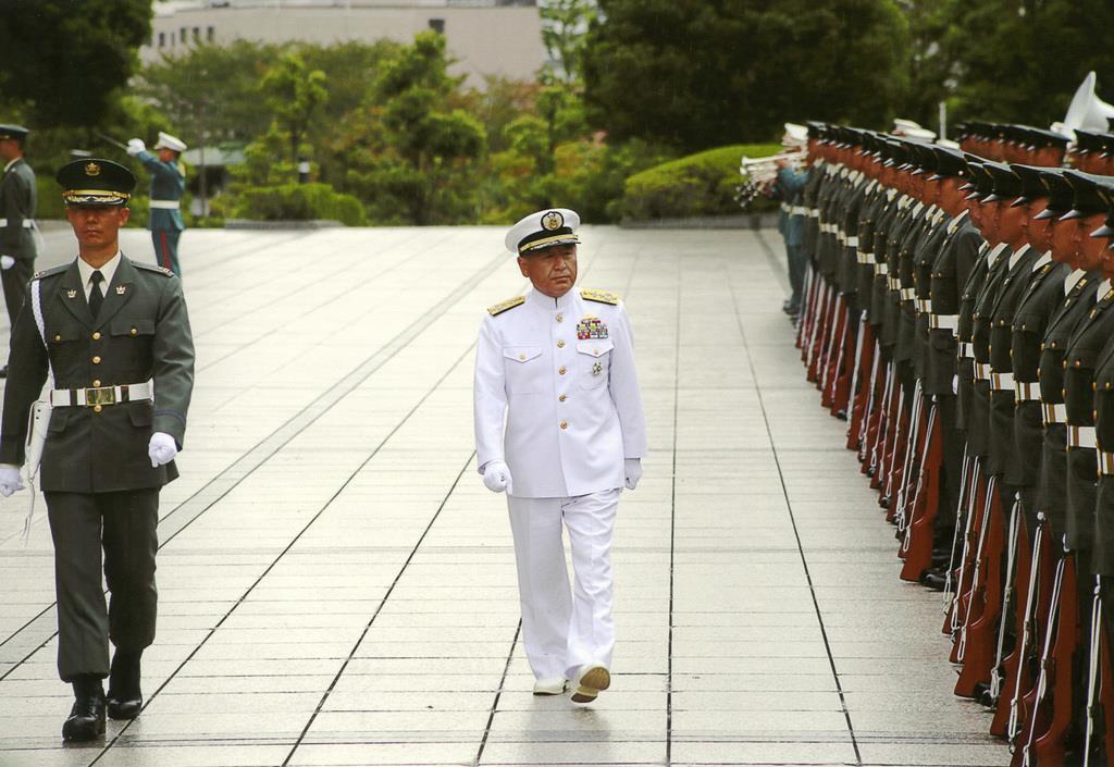 統合幕僚長着任式にのぞむ。安倍晋三首相の信頼は厚く、3度の定年延長を重ねて在任は4年半にわたった=平成26年10月14日(防衛省提供)