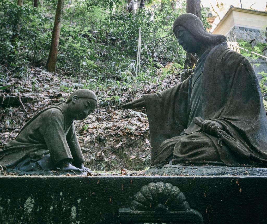 楠妣庵観音寺に建つ楠木正行、久子の母子像=大阪府富田林市(恵守乾撮影)
