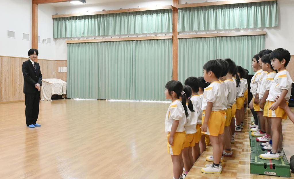 滋賀県彦根市の認定こども園「平田こども園」を訪れ、歌を披露する園児たちを見守られる皇嗣秋篠宮さま=14日