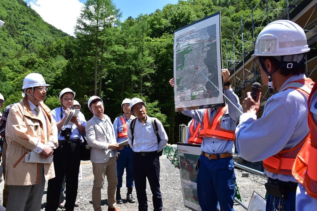 川勝平太知事らは、宿泊施設建設などが進む椹島地区で、準備工事の状況を視察した=13日午後、静岡市葵区