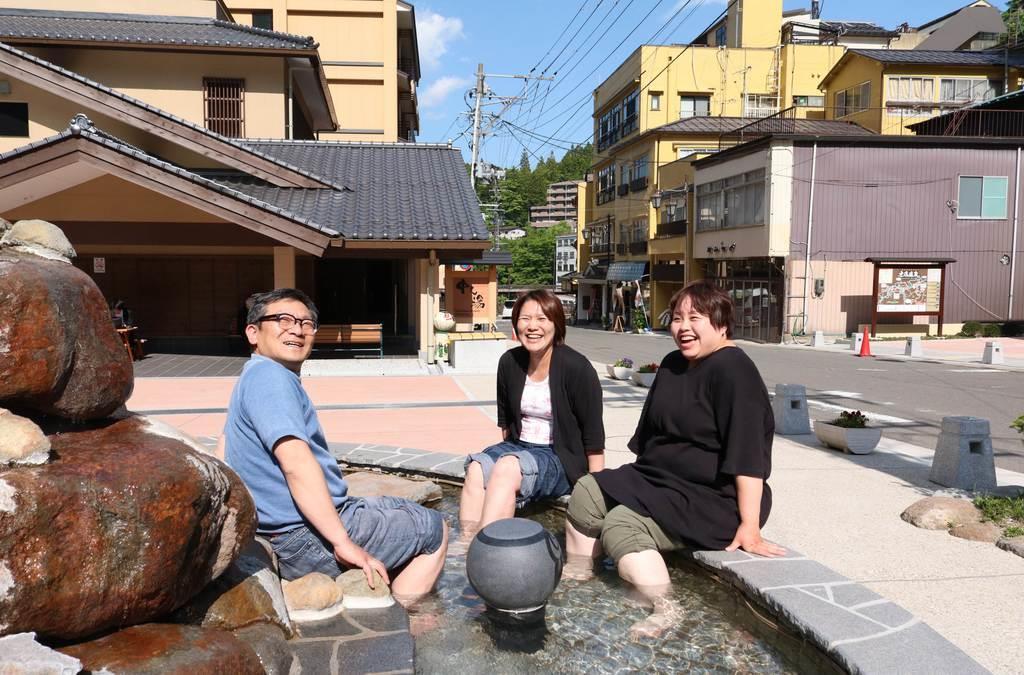 温泉街には気軽に楽しめる無料の足湯も。みんなで入れば会話も弾む=福島市(芹沢伸生撮影)