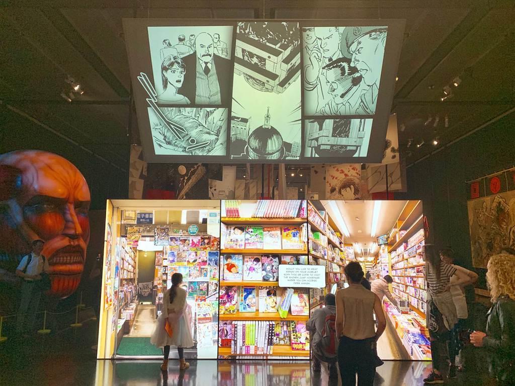 大英博物館での「Manga」展の様子。スクリーンには漫画のページや日本の書店の様子などが映っている(本間英士撮影)