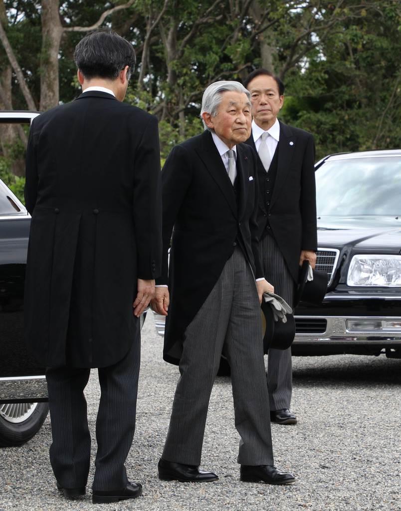 明治天皇陵に到着された上皇さま=12日午後、京都市伏見区(代表撮影)