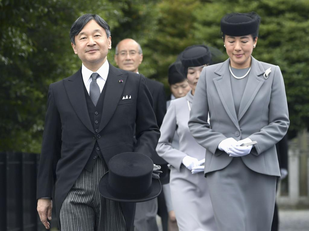 桂宮さまの墓所に向かわれる天皇、皇后両陛下=8日午後、東京都文京区の豊島岡墓地(代表撮影)
