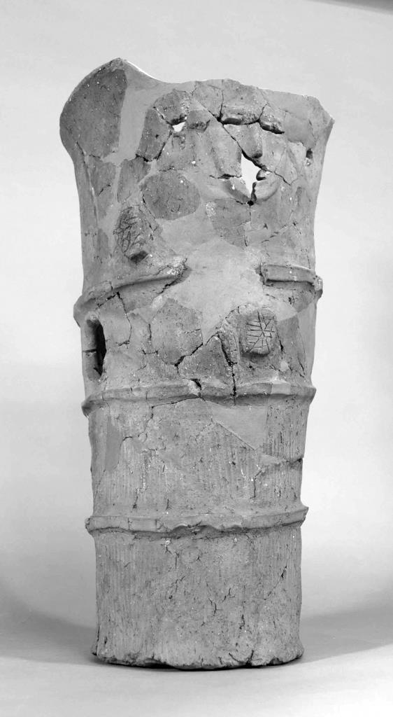 行基平山頂古墳から出土された人面付き円筒埴輪(足利市教育委員会提供)
