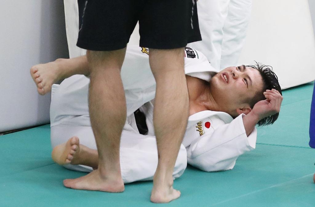 強化合宿で練習中、左足を負傷した阿部一二三=横浜市