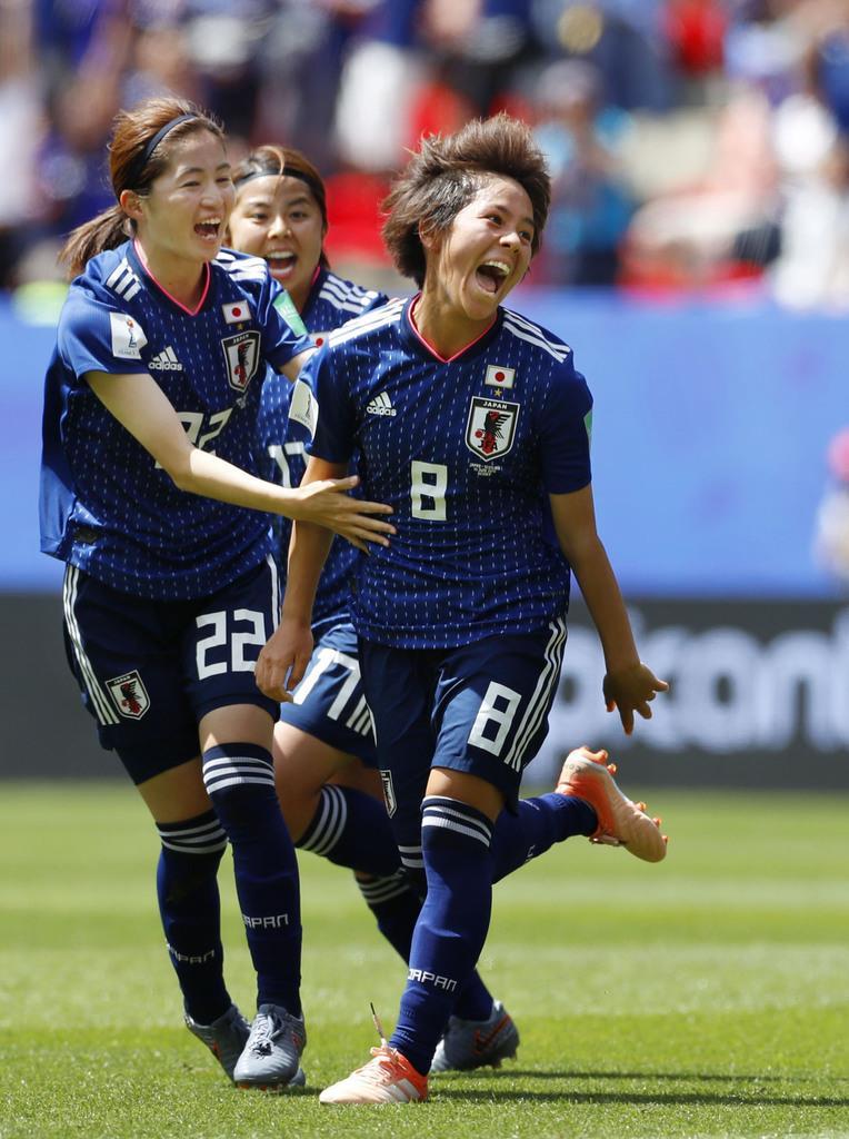 日本-スコットランド 前半、先制ゴールを決め、駆けだす岩渕(8)=レンヌ(共同)