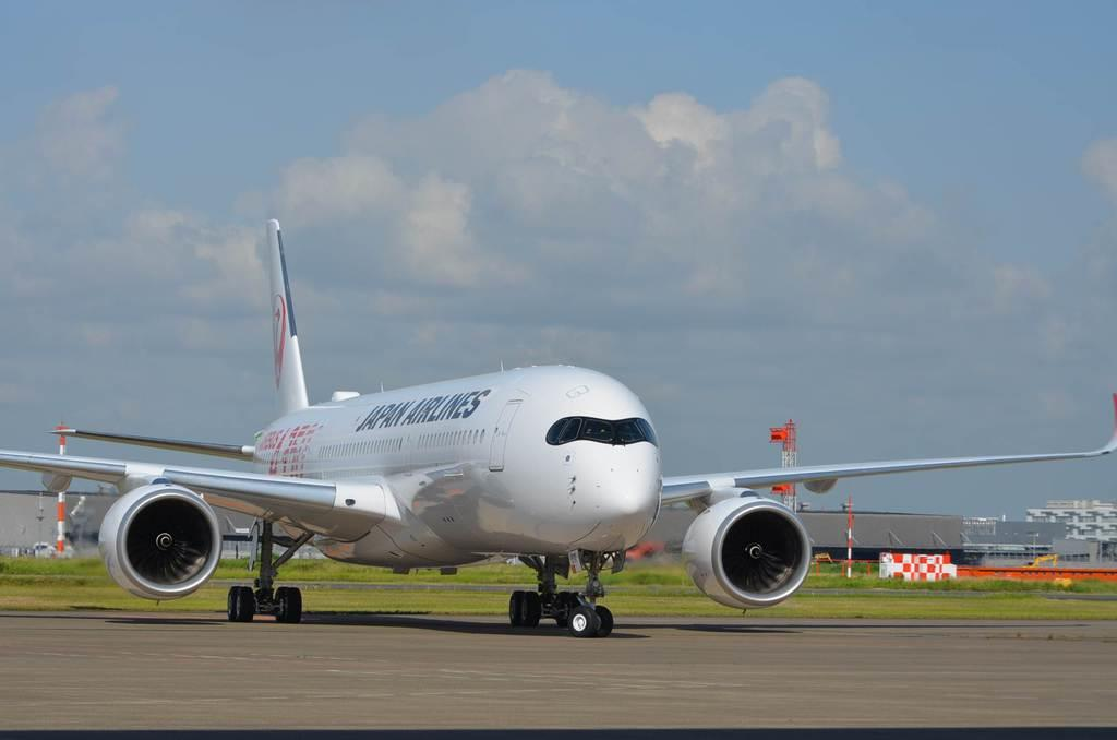 羽田空港に到着した日本航空の次世代主力機「A350-900」初号機=14日、東京都大田区(平尾孝撮影)