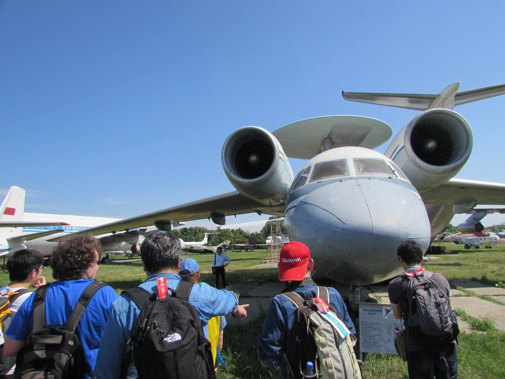 艦上早期警戒機「AH-71」を見学するツアー客ら=13日、キエフのアントノフ航空博物館