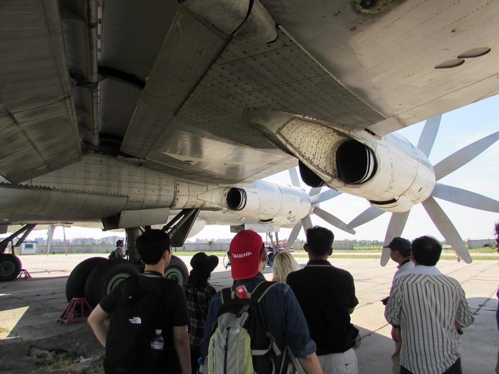 長距離爆撃機の対潜哨戒機型「Ty-142MK」の真下で機体を見学する参加者ら=13日、キエフのアントノフ航空博物館
