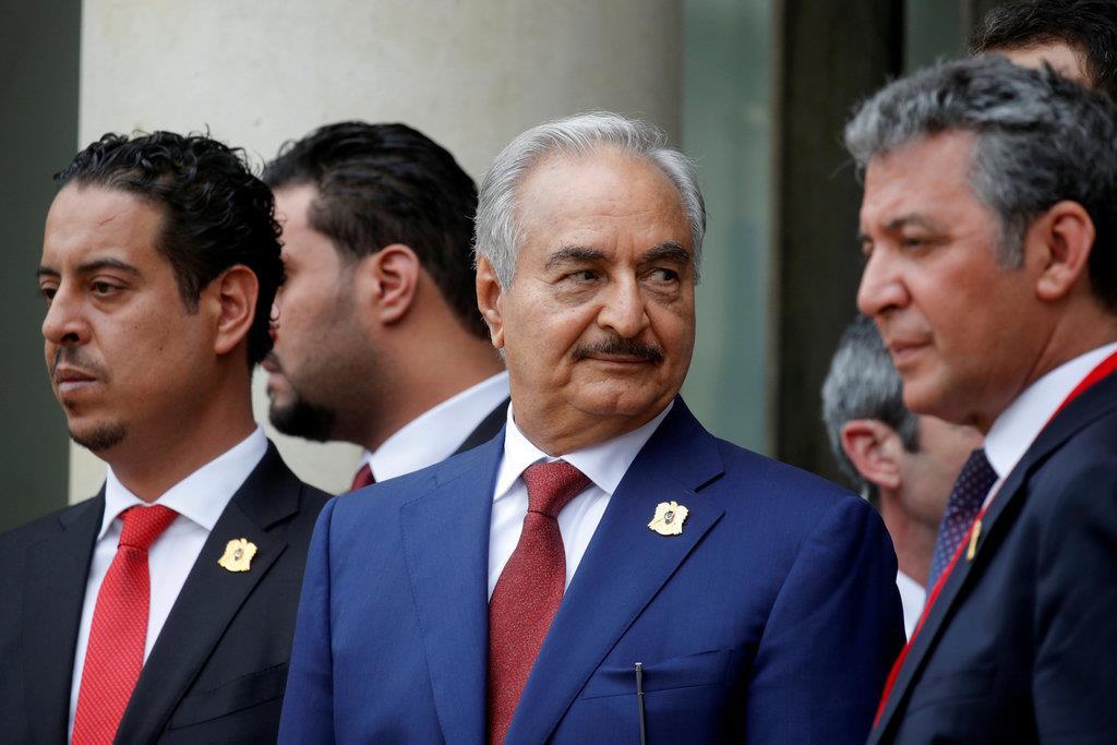 2018年5月、仏パリのエリゼ宮を訪問したリビア国民軍(LNA)のハフタル司令官(中央)。LNAは今年4月以降、リビアの首都トリポリ周辺で暫定政権側と激しい戦闘を展開している(ロイター)■■