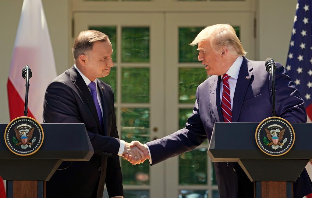 ホワイトハウスで会談したトランプ米大統領とポーランドのドゥダ大統領=12日(ロイター)