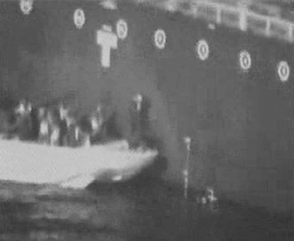 米軍が公表した、「国華産業」が運航するタンカーから機雷を取り除く様子を記録したとする映像(米軍提供・共同)