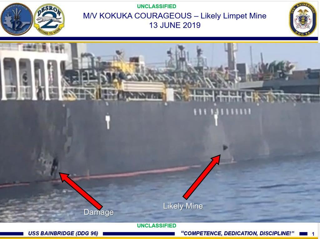 「国華産業」が運航するタンカー「KOKUKA COURAGEOUS」に付着した機雷とみられる物体(右側の矢印)と損傷箇所(左側の矢印)の写真(米軍提供・共同)