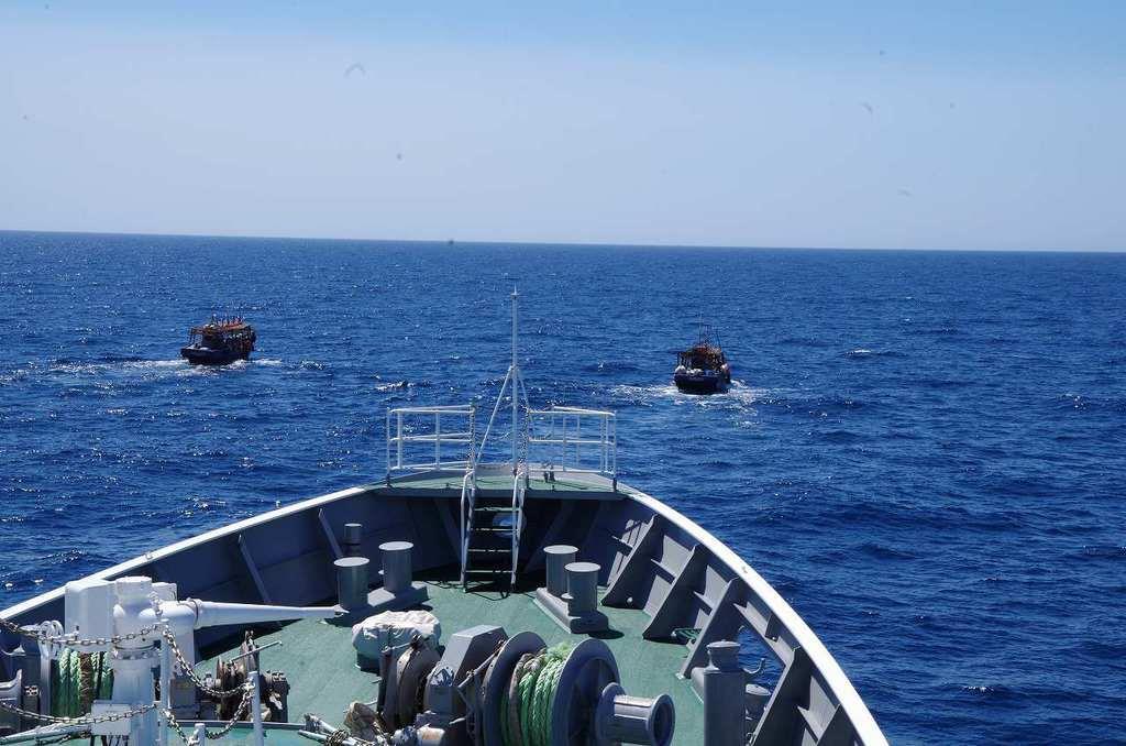 大和堆周辺で海上保安庁の巡視船から退去警告、放水を受けて退去する北朝鮮漁船=5月下旬(海上保安庁提供)