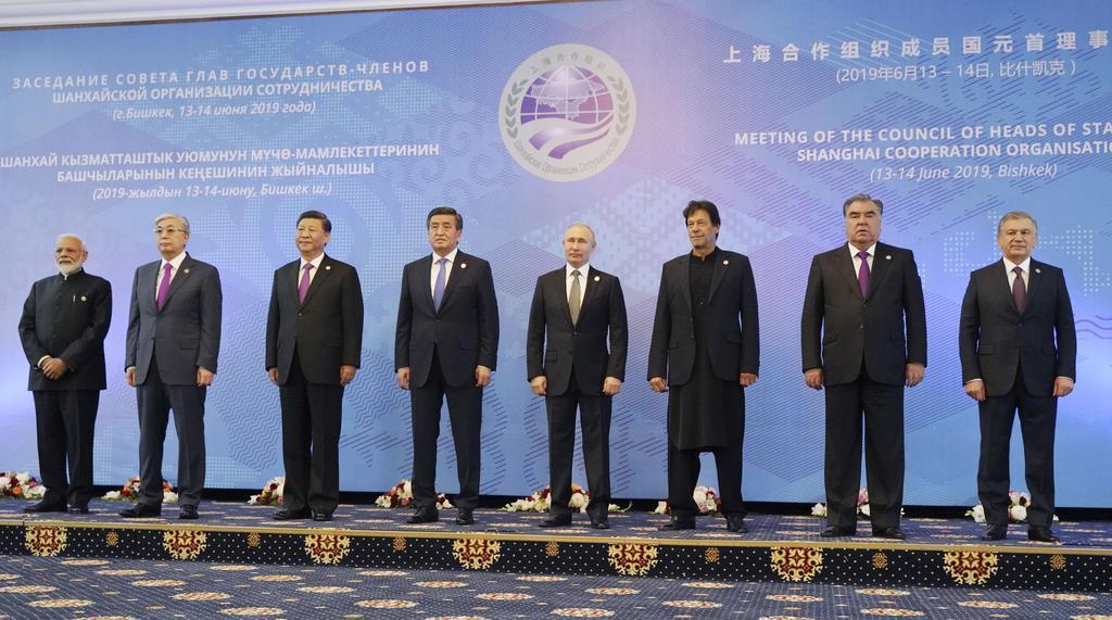 キルギス・ビシケクで上海協力機構首脳会議に出席したインドのモディ首相(左端)、中国の習近平国家主席(左から3人目)、ロシアのプーチン大統領(同5人目)ら=14日(共同)