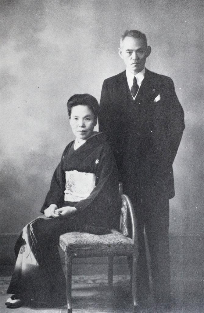 紀久子夫人(左)と記念写真に納まる世耕弘一氏(近畿大学提供)