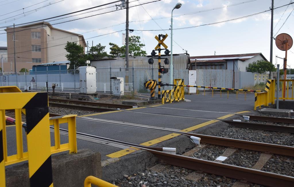 大阪府立むらの高等支援学校の生徒2人が女性を救出した踏切。左奥に同校がある=大阪府枚方市