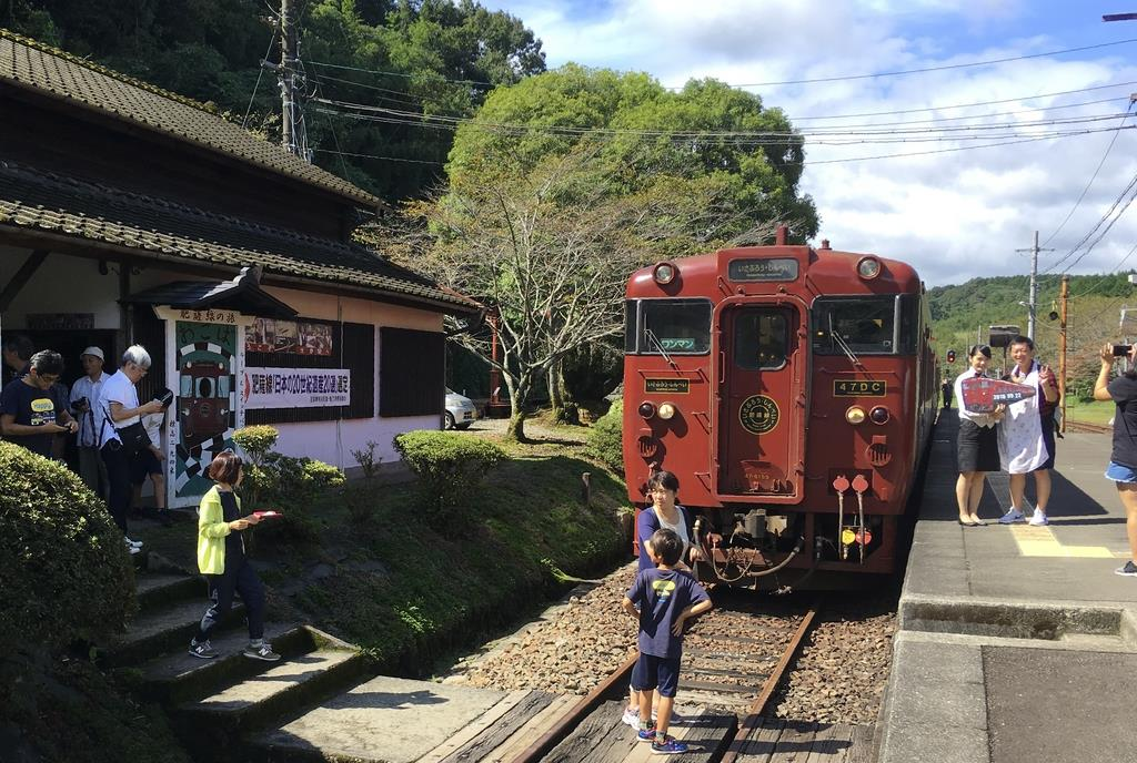 大畑駅に到着した「いさぷろう」。記念撮影する乗客もいた