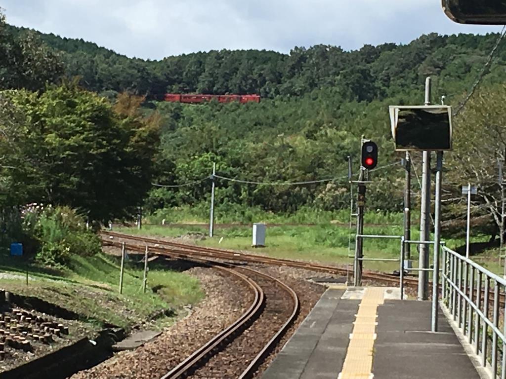 大畑駅からループ線を走る列車を望む