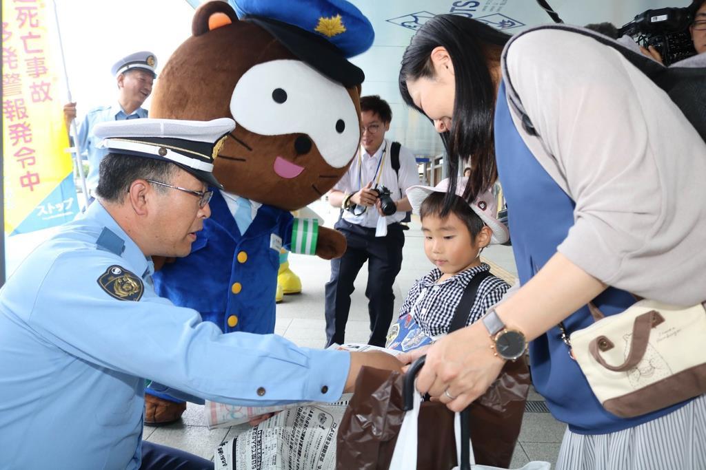 交通死亡事故多発警報の発令を受けて行われた緊急啓発活動=14日、大津市