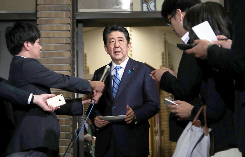 トランプ米大統領との電話会談後、報道陣の取材に応じる安倍晋三首相=14日午後、総理公邸(古厩正樹撮影)