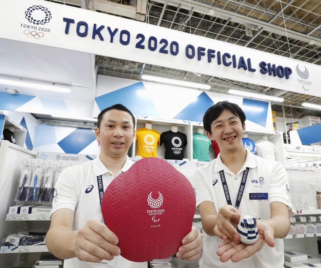 福岡市にオープンした2020年東京五輪・パラリンピックの公式ショップで商品をアピールする店員