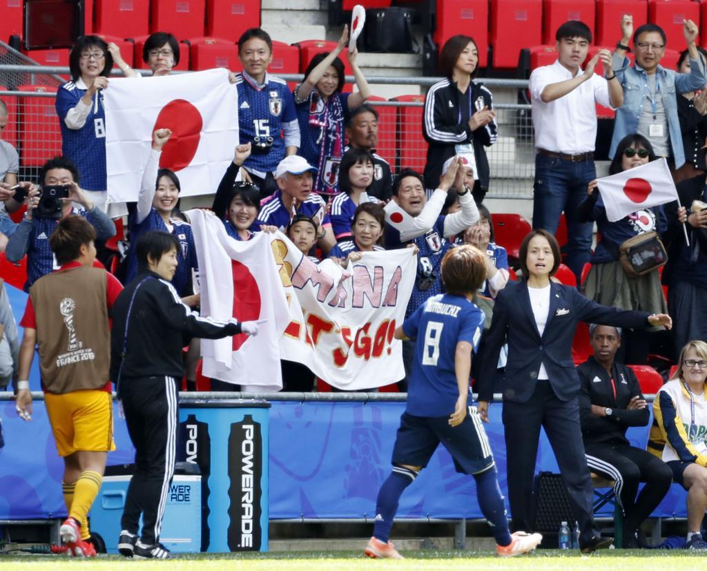 日本-スコットランド 前半、先制ゴールの岩渕(8)を迎える高倉監督(右下)=レンヌ(共同)