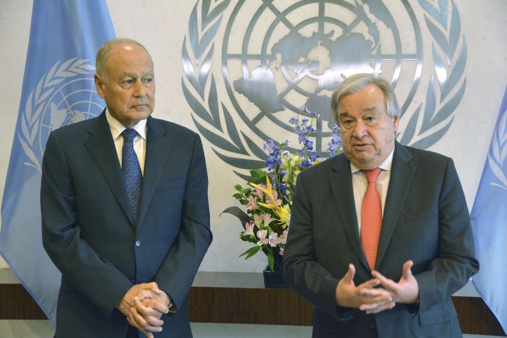 国連本部で共同記者会見するグテレス事務総長(右)とアラブ連盟のアブルゲイト事務局長=14日、米ニューヨーク(共同)