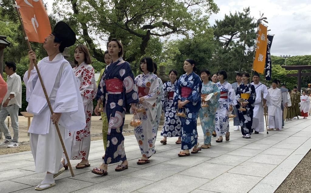御輿屋まつりで西宮神社周辺を練り歩いた「びわ娘」ら=西宮市