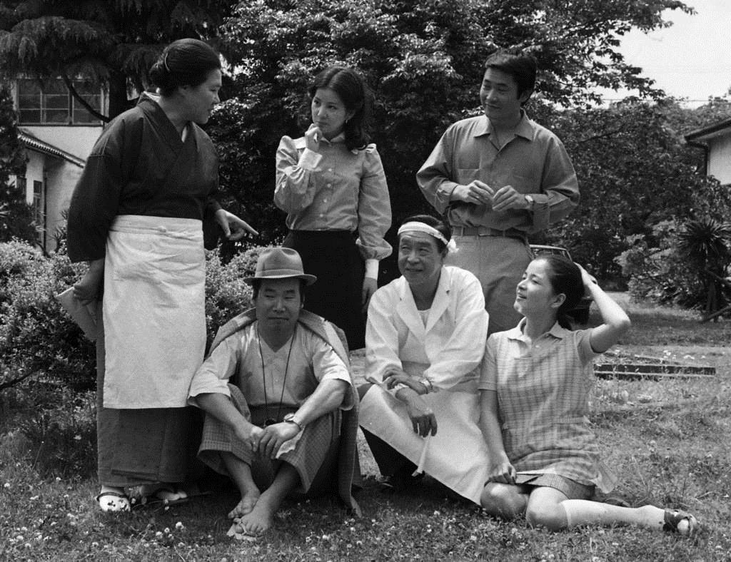 渥美清(前列左)と第9作でマドンナを演じた吉永小百合(後列中央)を囲む「とらや」の家族=昭和47年5月、神奈川県鎌倉市大船の松竹撮影所