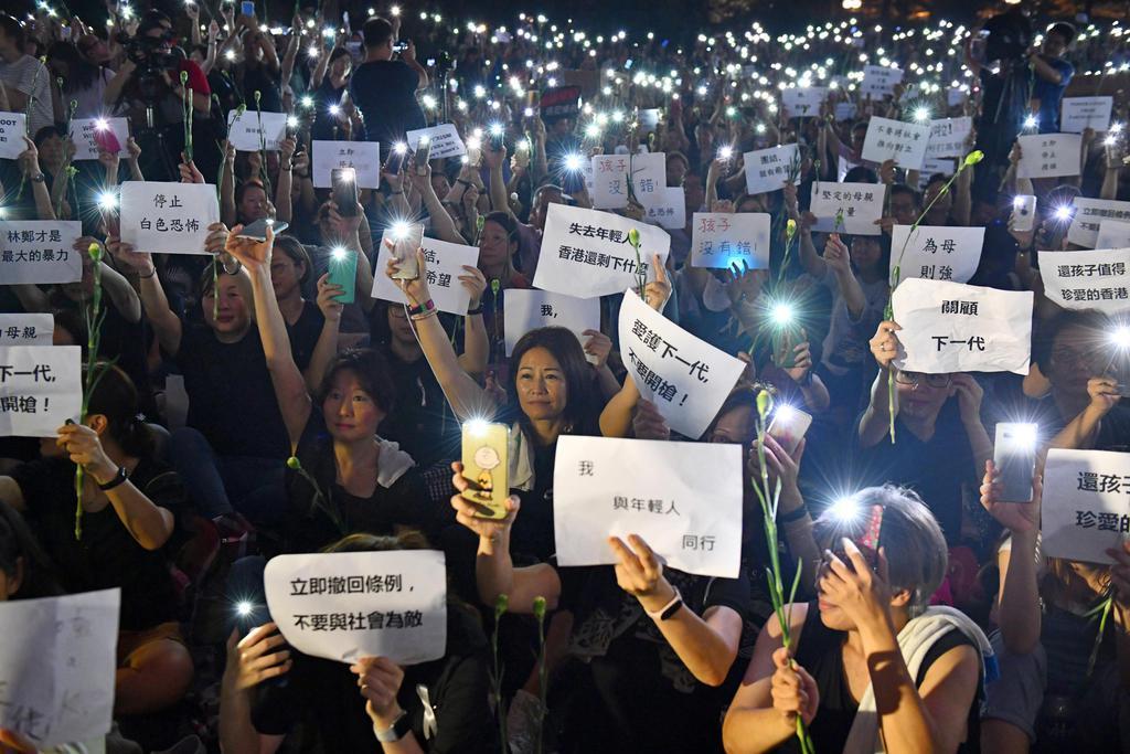 14日、香港の立法会近くで「逃亡犯条例」改正案を巡り抗議するデモ隊(ゲッティ=共同)