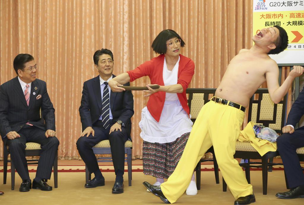 安倍晋三首相(中央左)を訪問し、ネタを披露する吉本新喜劇のメンバー。左端は西川きよしさん=6月6日、首相公邸(代表撮影)