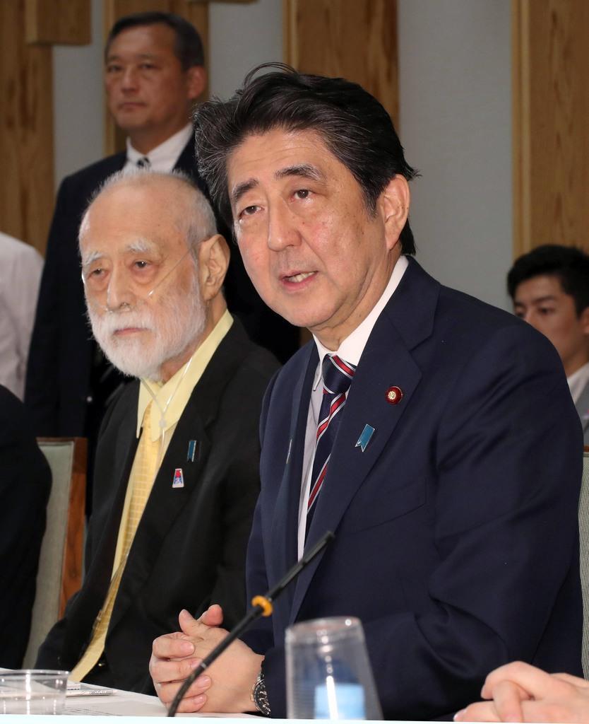 安倍晋三首相(右)の盟友だった俳優の津川雅彦さん=平成30年6月22日、首相官邸(春名中撮影)