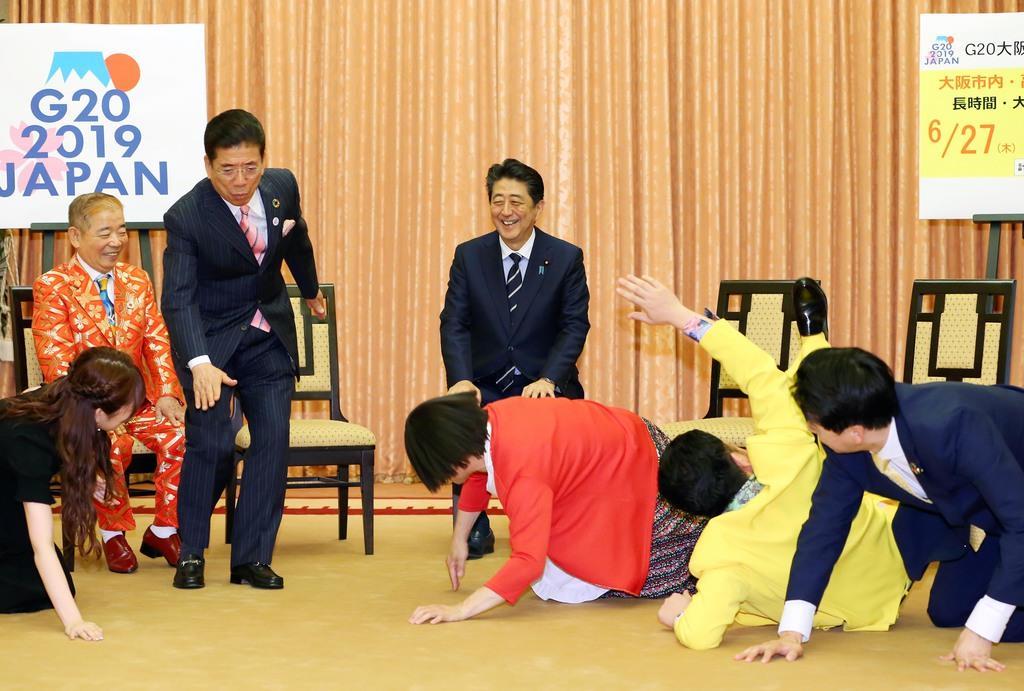 吉本新喜劇メンバーらの表敬訪問を受けた安倍晋三首相(中央)。首相らはこの後、会食に臨んだ=6月6日、首相公邸(代表撮影)