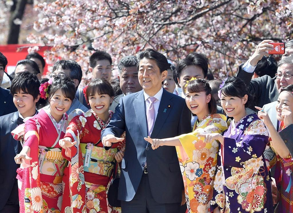 「桜を見る会」で「ももいろクローバーZ」のメンバーらと記念撮影する安倍晋三首相(中央)。有名人とのこうしたイベントでの同席は多いが、会食となると限られている=4月13日、東京・新宿御苑(酒巻俊介撮影)